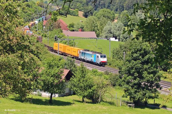 186 104 der BLS mit Containerzug am 04. Juli 2016 bei Zeihen am Bözberg (Schweiz).