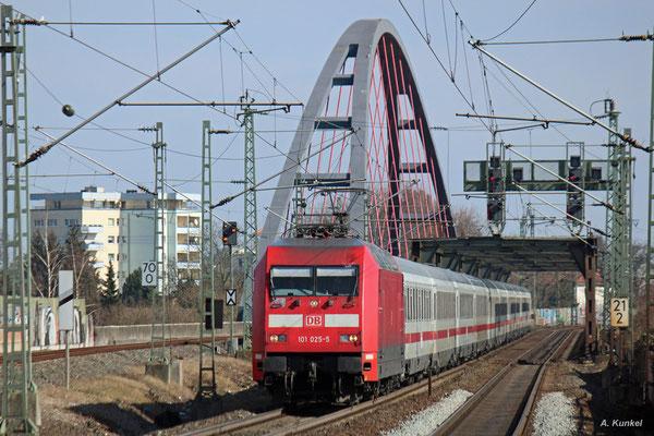 101 025 ist am 14. März 2016 für die Bespannung des IC 2024 von Passau nach Hamburg-Altona zuständig. Am späten Vormittag überquert der Zug bei Hanau den Main.