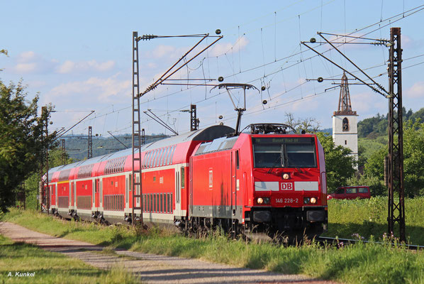 146 228 mit RE 17037 nach Basel Bad. Bf am 01. Juli 2016 in Denzlingen.
