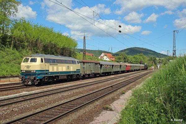 """""""Conny"""" 218 460 der Westfrankenbahn ist am 25. Mai 2017 ebenfalls für die Traktion des Pendelzuges zwischen Aschaffenburg Hbf und Heigenbrücken zuständig. Hier fährt der Zug in Laufach ein."""