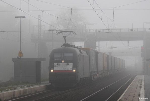 ES 64 U2-037 (182 537), zum Zeitpunkt der Aufnahme am 18. Oktober 2017 unterwegs für ERS Railways, durchfährt Wirtheim.