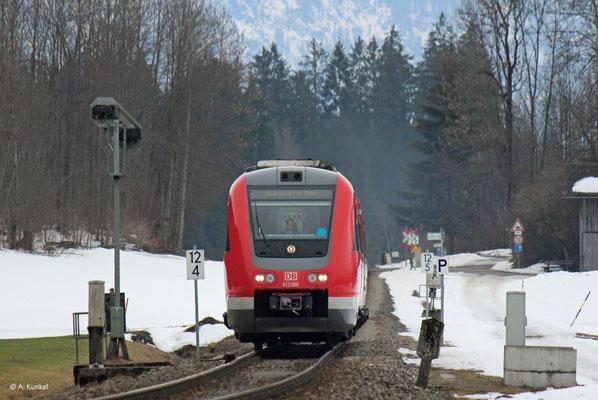 612 086 hat am 02. März 2019 als RE 3387 Oberstdorf - Nürnberg noch etwa drei Stunden Fahrzeit bis zu seinem Ziel vor sich, als er Altstädten erreicht.