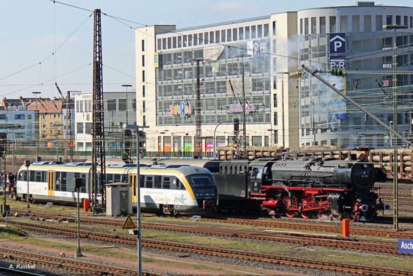 In Aschaffenburg angekommen wird 01 150 vom Rheingold abgehängt und rangiert nun, um dann mit dem Gepäckwagen die Rückreise anzutreten. E10 1239 wird am Abend den Rheingold zurückfahren. (mit im Bild: 642 506/006 in den Farben des Drei-Löwen-Taktes.)