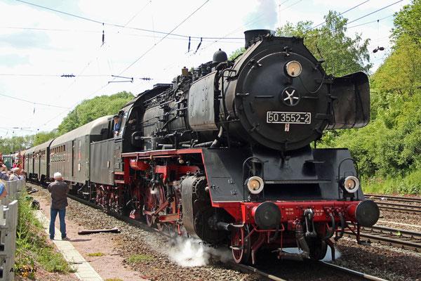 50 3552 macht sich im Bahnhof von Laufach mit dem Pendel-Sonderzug auf den Weg Richtung Heigenbrücken. Am Zugende schiebt 218 460 (25. Mai 2017).