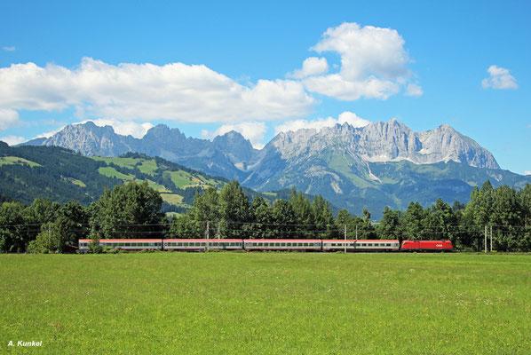 Dieser Taurus dürfte am 07. August 2016 mit dem nur vier Wagen umfassenden IC 747 Innsbruck - Wien keine große Mühe haben. Bei Gundhabing kurz vor Kitzbühel passiert der Zug das Panorama des Wilden Kaisers.