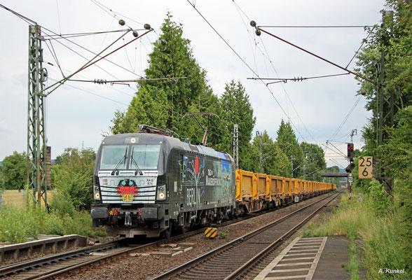 """Der """"Mauerfall-Vectron"""" 193 876 mit einem Aushubzug von der Stuttgart-21-Baustelle nach Nordhausen am 11. Juli 2016 bei der Durchfahrt von Großkrotzenburg."""