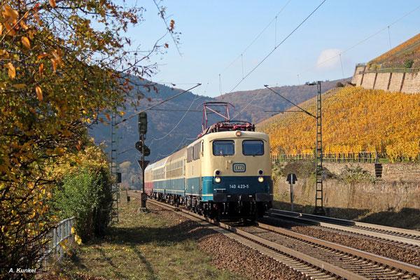 Am 02. November 2017 ist das DB Museum mit 140 423 und einigen Reisezugwagen unterwegs. Gegen 13 Uhr rollt der Zug durch Rüdesheim am Rhein.