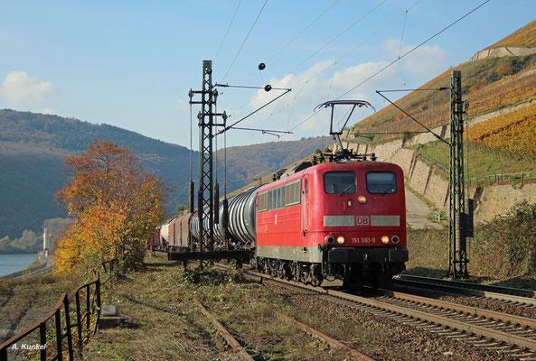 151 061 rollt am 02. November 2017 mit einem Güterzug am Rhein entlang, hier bei Rüdesheim.