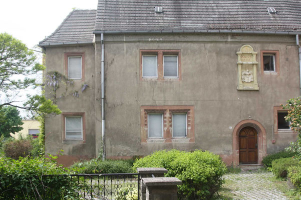 Portal mit Wappen, r. Erker