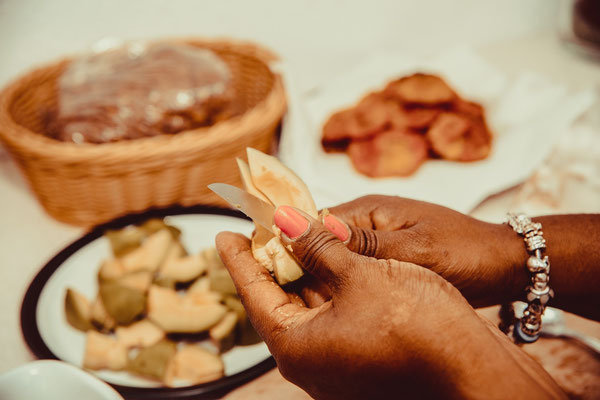 Die Kubanerin Yohanka schneidet Malangas