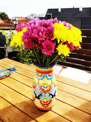 Bunte handbemalte Keramik Blumenvase aus Mexiko