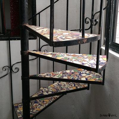 Bruchmosaik auf Treppe
