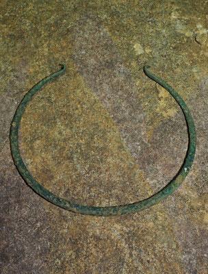 Grotta Veri: il collare in bronzo / torques deposto in grotta - età del Bronzo antico