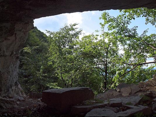 Grotta della Corte di Genova: portale d'ingresso