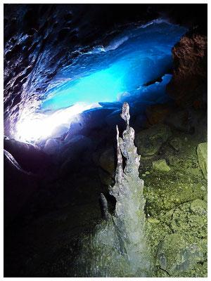 Adula: ghiacciaio Vadrecc di Bresciana, esile stalagmite con giochi di luce