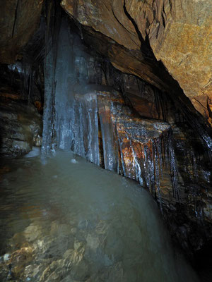 Grotta Presso l'Alpe di Cava: formazione di ghiaccio presente durante l'estate