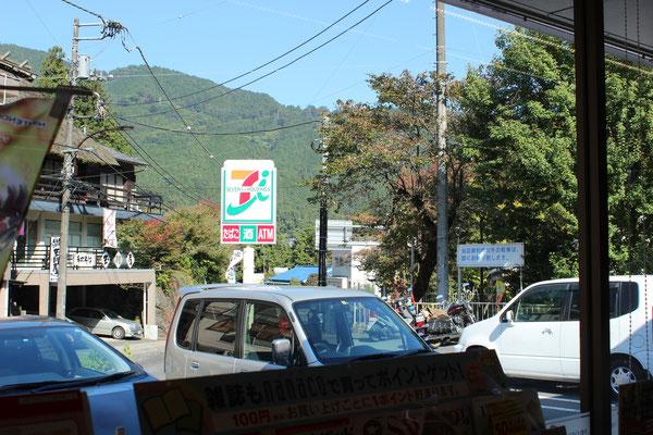 """Letzte Möglichkeit sich preisgünstig in einem """"Konbini"""" mit Nahrung einzudecken. Du findest ihn einige Meter links nach dem Verlassen der Station Mitake."""