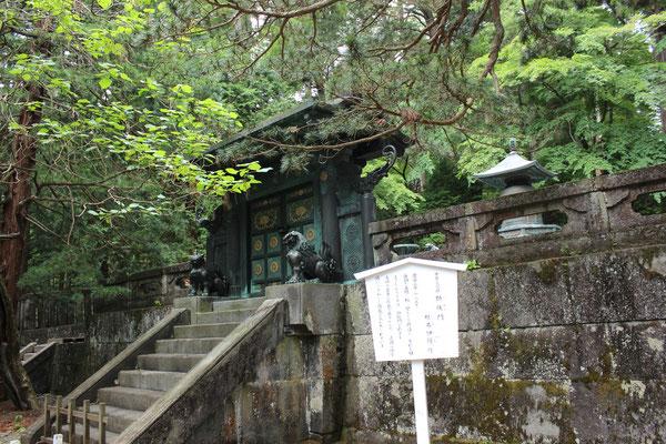 Vor der Ieyasu-Urne am Gipfel des Berges