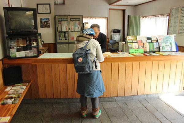 Informationsbüro an der Station Mitake. Praktisch sich vorab eine Gratiswanderkarte zu besorgen.