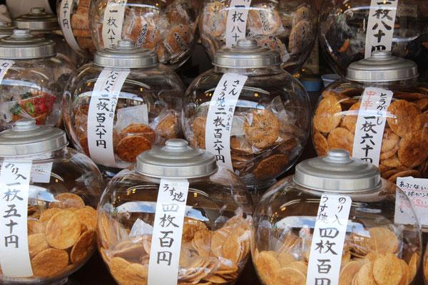 Senbei sind hellbraune geröstete Reiscracker. Sie werden besonders an beliebten Touristenzielen noch recht ursprünglich hergestellt und verkauft.
