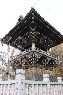 Der Glockenturm des Taishakuten Tempels.