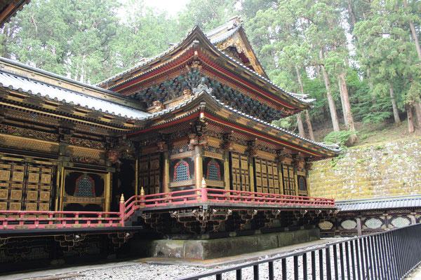 Der Taiyuin-byo-Schrein ist das Mausoleum für Tokugawa Iemitsu und im Vergleich zum pompösen Tosho-gu-Schrein eher elegant.