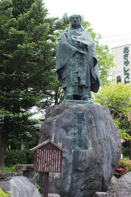 Statue außerhalb der Parkanlage