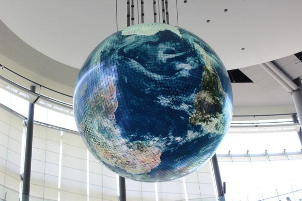 Der 6 Meter durchmessende Geo-Cosmos Globus ist das Wahrzeichen des Museums.