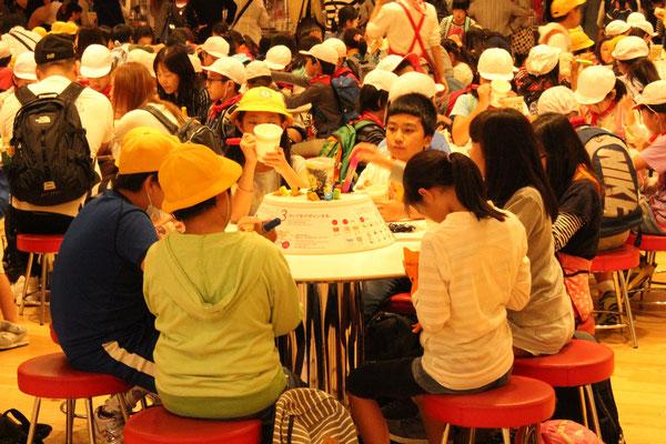 Kinder können ihre eigenen Cups bemalen.
