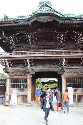 Das beeindruckende Eingangstor des Taishakuten Tempels.