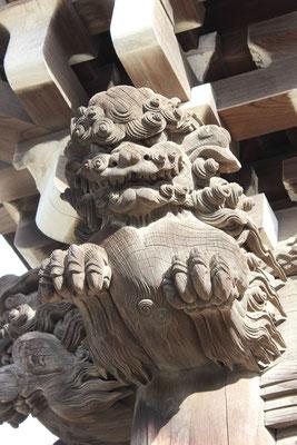 Holzgeschnitzter Löwe am Dach des Hauptgebäudes (Taishakuten Tempel).