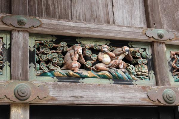 Die berühmte Schnitzerei der drei Affen an der Fassade des heiligen Pferdestalls