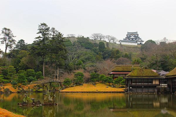 Genkyuen-Garten mit Blick auf die Burg