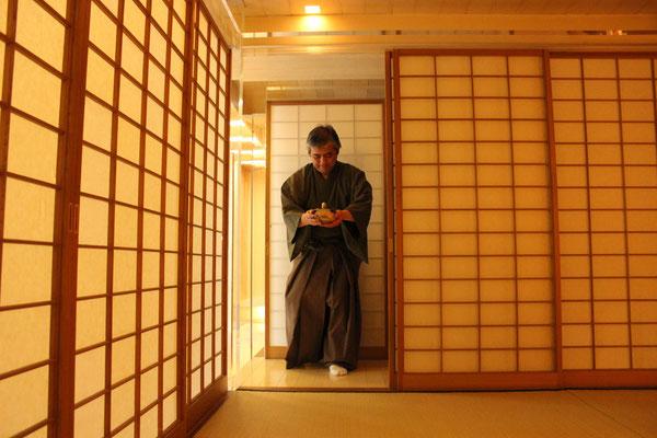 Der Meister betritt den Raum.