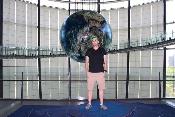 Vor dem Geo-Cosmos Globe.