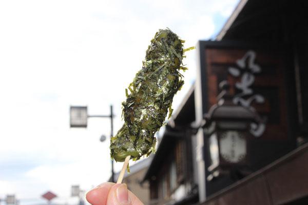 Shibamata ist berühmt für seine Dango (jap. Klöße). Hier eine Version aus Reismehl und Nori.