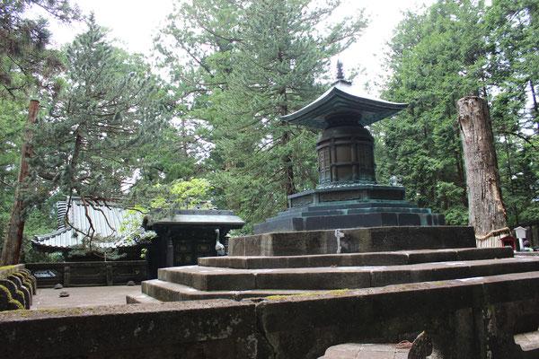 Die Überreste von Ieyasu werden in einer bronzenen Urne, im Freien und einem eigenen kleineren Schrein, dem Okusha Hoto (奥社宝塔), verwahrt.