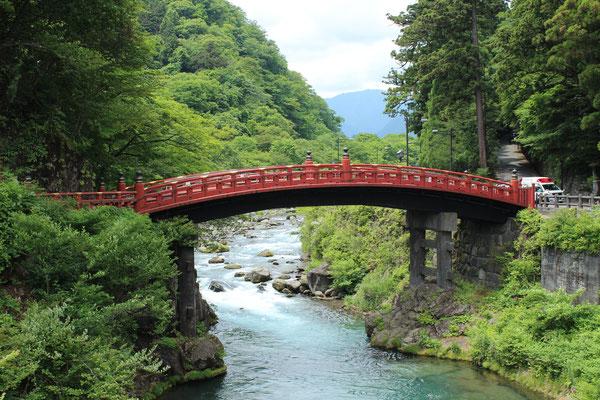 Shinkyō - Die Bogenbrücke am Eingang zum San'nai-Gelände