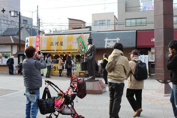 Kaum raus aus der Station, schon isser da: Tora-san!