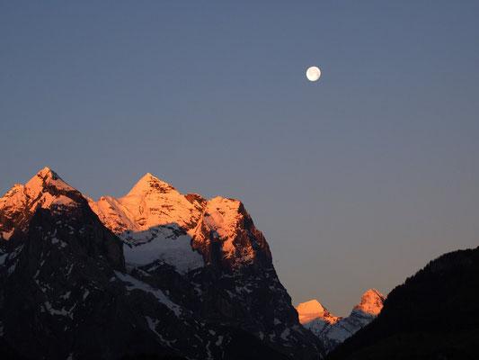 Morgens vom Balkon: Eiger (rechts unten) bei Mondschein