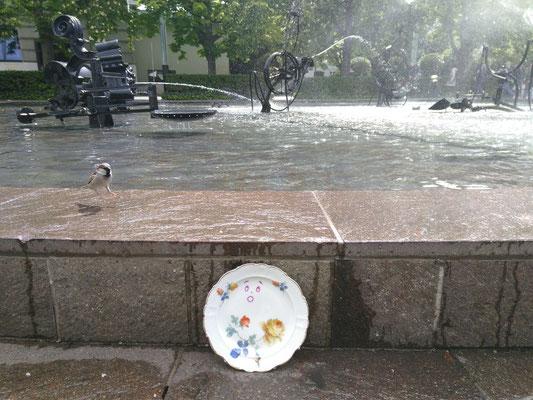 Das Wetter ist angenehm sonnig und warm. Da tut es gut, am Tingueley-Brunnen eine Abkühlung zu bekommen.