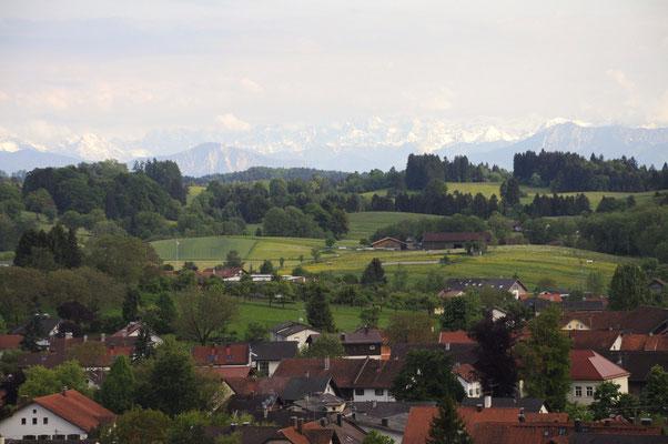 """Blick vom """"Heiligen Berg"""" auf Erling, unser Dorf und in die Landschaft - mit Glück bis zu den Alpen"""