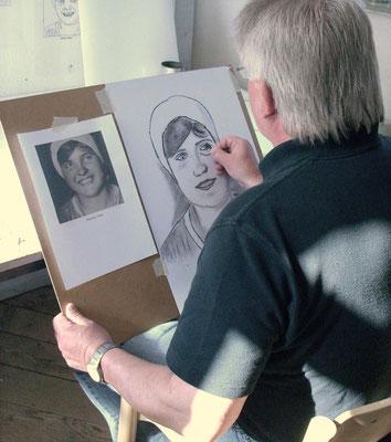 Zu Beginn können Fotovorlagen beim Portraitzeichnen eine Hilfe sein