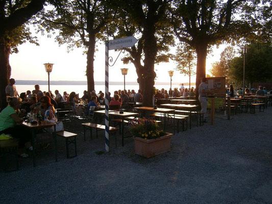 Biergarten - wie vor 100 Jahren - neben dem Dampfersteg in Herrsching