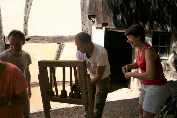 Dans la bonne humeur la Directrice et le Président assemblent les premiers colombins