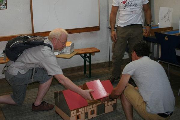 Ensemble l'équipe du Parc construit la Maison du Clément