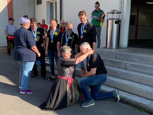 Kniefall von Daniela Morf für das Höchstresultat von Peter Cossu.