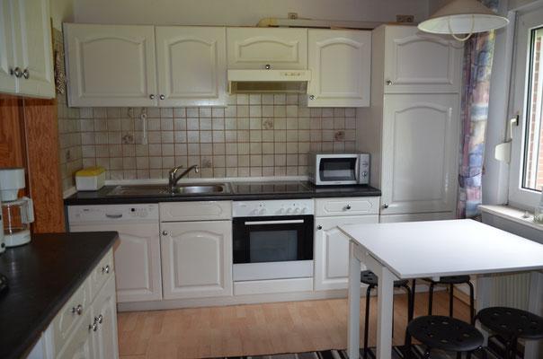 Einbauküche mit kleinem Essplatz
