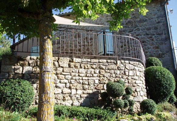 Terrasse (été) et topiaires.