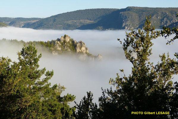Photo Gilbert LESAGE , Les rochers de l'Aigle ceinturés par la mer de nuage.